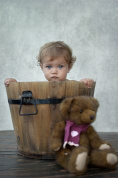 Cute Baby with Teddy. Vintage wood tub or bucket. Precious Children, Beautiful Children, Beautiful Babies, Beautiful Eyes, Little People, Little Ones, Little Girls, Baby Kind, Baby Love