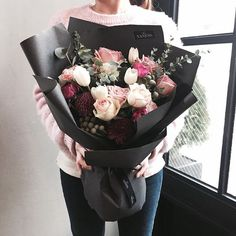 Oh how I dream of receiving a bunch of flowers like this. How To Wrap Flowers, Bunch Of Flowers, My Flower, Fresh Flowers, Beautiful Flowers, Flower Wrap, Flower Packaging, Flower Boxes, Floral Bouquets