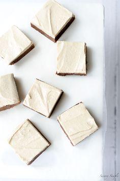 Diese Schokoladen-Schokoladenkuchen mit Zuckerguss Gesalzenes Tahini sind eine einfache, dekadenten Dessert.  Holen Sie sich das einfach zu folgen Rezept von SavorySimple.net