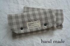 ハンドメイドの抱っこ紐・おんぶ紐のベルト用よだれパッドです。グレー×白のブロックチェック柄Wガーゼとナチュラルなカラーのコットンリネンで製作しまし... ハンドメイド、手作り、手仕事品の通販・販売・購入ならCreema。