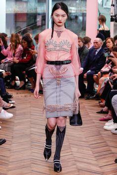 The complete Prada Resort 2018 fashion show now on Vogue Runway. Fashion 2018, Runway Fashion, High Fashion, Fashion Trends, Prada, Fashion Details, Fashion Design, Fashion Show Collection, Vogue Paris