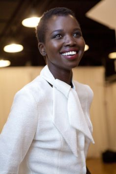 Great pairing: white blouse, painted lips and magnificent Natural Hair!