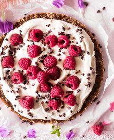 Pähkinäinen raakakakku Raw Cake, Strawberry Recipes, Food Inspiration, We Heart It, Sweet Tooth, Raspberry, Gluten, Pie, Cupcakes