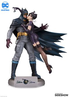 This DC BOMBSHELLS statue presents a 1940s spin on a comic book romance that has spanned generations. This statue may look like Catwoman's going in for a kiss, but a closer look at her hands shows her sights set on the Batmobile!