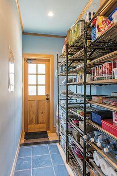ラックはフランスのアンティークで、本来はガーデン用なのだそう。奥のドアは勝手口です。 #キッチン収納 #おしゃれな部屋 #新居 #新居アイデア #家 #みんなの家づくり #house