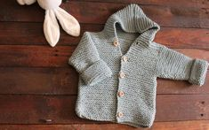 Video Tutorial NOTES: Work the garter stitch in all the pattern (all stitches work the knit Months Knitting Stitches, Knitting Patterns, Baby Sweater Knitting Pattern, Basic Hoodie, Crochet Bebe, Bind Off, Garter Stitch, Baby Sweaters, Buttonholes