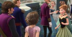Dans « La Reine des neiges », on aperçoit Raiponce et Flynn Rider se rendre au couronnement d'Elsa. | 22 perles cachées que vous n'aviez pas remarquées dans les films Disney