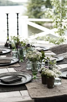 Organic table decor outside/bordsdukning Outdoor Dining, Dining Table, Lakeside Dining, Beautiful Table Settings, Al Fresco Dining, Deco Table, Decoration Table, Outdoor Entertaining, Place Settings