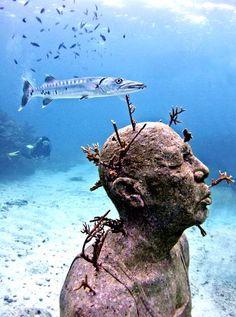 Déjà L'homme en feu présente les traces d'une invasion mystérieuse. Le Parc Marin National de Cancun attire chaque année plus de 750.000 visiteurs,touristes et plongeurs.Jason de Caires Taylor y aérigé ce gigantesque récif artificiel dans le but de les sensibiliser à la fragilité de la barrière de corail et de la nature plus largement, créant ainsi leplus grand musée desculpturessous-marines du monde.