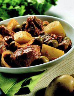 - 750g de morceaux pour sauté de veau - 1 boîte de concentré de tomates - 6 pommes de terre - 1 oignon - 1 c. à café de sucre en poudre - 2 c. à soupe de farine - 2 c. à soupe d'huile d'olive - olives vertes - champignons entiers