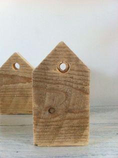 * woodgoods * houten huisje met cijfer, te gebruiken als kandelaar, neer te zetten als huisje of om op te hangen 10cm hoog, 1cm dik | 3 euro