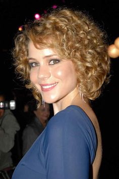The most desirable and sexy hair is curly hair. Women those have curly are blessed due to its own glorified beauty. The curly hair can create a savvy look . Curly Pixie Hairstyles, Short Curly Haircuts, Curly Hair Cuts, Short Hair Cuts, Curly Hair Styles, Curly Short, Layered Hairstyles, Hairstyles 2018, Simple Prom Hair