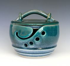 "I like how this yarn bowl is ""kitty proof"" (has a lid)...Posted this mainly for Anna (and No, I am not making it)"