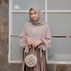 Sesuka itu sama Round Clutchnya @thecurvakumlabel || High quality 🌼🌼 Hijab Dress Party, Hijab Style Dress, Casual Hijab Outfit, Hijab Chic, Ootd Hijab, Modern Hijab Fashion, Hijab Fashion Inspiration, Abaya Fashion, Muslim Fashion