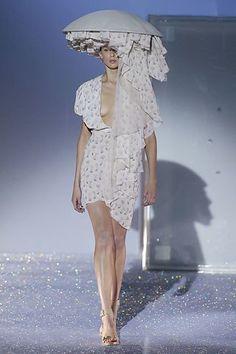 Chalayan Spring 2007 Ready-to-Wear Fashion Show - Elise Crombez