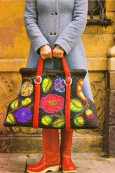 Love this floral felting. Of Knitted Felted Bags (And A Pair Of Red Boots) - Knitting Daily - Knitting Daily Diy Laine, Knitting Daily, Felt Purse, Carpet Bag, Mein Style, Wool Art, Red Boots, Nuno Felting, Needle Felting
