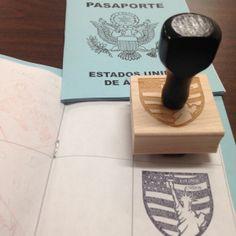Sello de los Estados Unidos y otros países hispanohablantes para sellar pasaportes en clase.