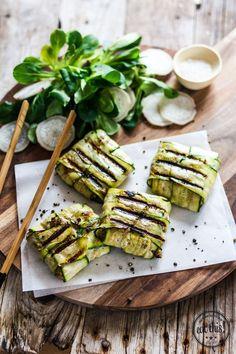 Gegrillte Zucchinipäckchen mit Dinkelhack - geschroteten Dinkel evtl durch geschroteten Buchweizen, Quinoa oder Hirse ersetzen; Sojasauce durch dunklen Balsamico und Salz ersetzen