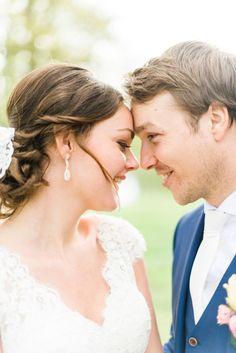 Credit: Blooming light photography - romance (relatie), liefde, vrouw, mannelijk, saamhorigheid, huwelijk (ritueel), bruidegom, hart (gevoel), twee, volk, omarmen, buitenshuis, gezin, bruid, plezier, vreugde, intimiteit (behorend), kus