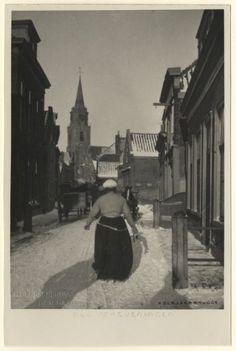 Jacob Pronkstraat gezien naar de Keizerstraat; winteropname met op de achtergrond de Oude Kerk. ca 1929 H. Berssenbrugge #ZuidHolland #Scheveningen