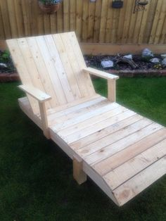 Pallet Lounge Chair with Armrest | 101 Pallet Ideas