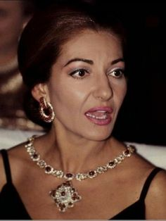 Maria Callas attends to the première of the play Waterloo at Paramount Opera in Paris, October 1970 Maria Callas, Nelly Furtado, Opera Singers, Most Beautiful Women, Diva, 28th October, Jewels, Cocktail, Musica
