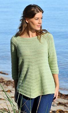 Den fine, feminine bluse med vid halsudskæring og god længde er strikket i luftigt og nemt hulmønster