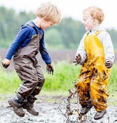Die Schnittführung der Buddel-Latzhosen ist so gehalten, das diese bequem über normale Pullover und Hosen gezogen werden können. Die Latzhosen haben verschweißte zu 100% wasserdichte Nähte und sind durch einen Doppelstrick auf der Innenseite besonders reißfest und sehr strapazierfähig. Die Hosen sind aus dem Material Softskin®️ gefertigt und haben den Ökotex®️ Standard 100 der Produktklasse 1 für Babys und Kleinkinder. Ihr könnt die Buddelhosen bei ca. 40° waschen. Anorak Jacket Green, Chucky, Olive Green, Pullover, Baby Kids, Overalls, Boys, How To Wear, Outdoor