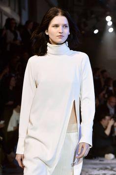 La sfilata futuristica di H&M Studio per l'AI 2015/2016 | Dolcevita bianco con spacco sul fianco | Foto