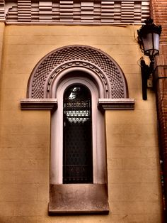 Iglesia de San Ignacio de Loyola. Esta construida sobre el que fué colegio de los ingleses, abierto en 1611, tercer colegio de los jesuitas en Madrid