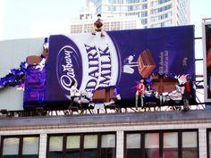 Cdbury nos invita de forma original a comer sus deliciosos chocolates.