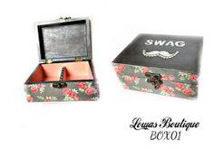 Boîte à Bijoux SWAG Cette boîte à bijoux est idéale pour ranger vos bijoux et décorer vôtre espace grâce à ces motifs agréables de roses et sa moustache à strass. Ajoutez du swag à vos bijoux.   PAS D'ENVOI A L'INTERNATIONAL.   Dimensions: 14.5 cm x 11 cm Hauteur: 6,5 cm