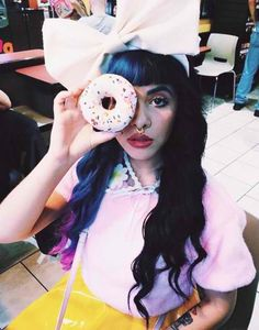 Melanie Martinez dyed her hair again for the carousel video. I love her hair! Cry Baby, Billie Eilish, Paramore, Adele, Vhope Fanart, Hair Again, Crazy People, Her Music, American Singers