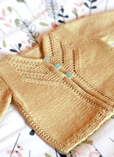 Amazing Knitting provides a directory of free knitting patterns, tips, and tricks for knitters. Baby Clothes Blanket, Knitted Baby Clothes, Knitted Baby Blankets, Baby Cardigan Knitting Pattern Free, Baby Knitting Patterns, Baby Patterns, Toddler Cardigan, Baby Pullover, Ravelry