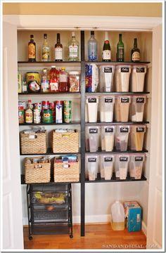 食品・飲料・調理器具・備品の収納術、重いものが入っているほうには支えの足で引き出しが作ってあります。何がどこにあるか一目でわかります。