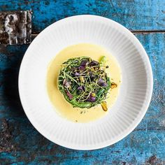 Havgussuppe med krabbe, tangsalat og pistacie fra ny menu på Langhoff & Juul i Aarhus smukt fotograferet af Jesper Rais.