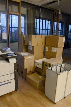 Netural in der Tabakfabrik Linz: Kisten, Kisten, Kisten . Divider, Desk, Room, Furniture, Home Decor, Crates, Linz, Bedroom, Desktop