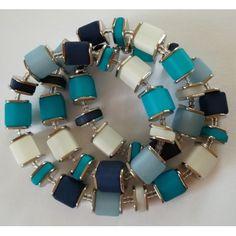 Halskette aus Polaris-Würfeln in blau, türkis, dunkelblau und weiß