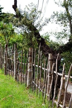 Rustic fence - This might solve the neighbor highway through my yard. I can& garden fence Rustic fence - This might solve the neighbor highway through my yard. Diy Garden Fence, Backyard Fences, Garden Gates, Garden Landscaping, Backyard Privacy, Farm Fence, Herb Garden, Driveway Fence, Landscaping Melbourne