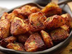 This is the trick to make roasted potatoes more crispy potato al horno asadas fritas recetas diet diet plan diet recipes recipes Crispy Roast Potatoes, Potatoes In Oven, Greek Potatoes, Baked Potato Oven, Potato Crisps, Baked Potatoes, Potato Vegetable, Vegetable Recipes, Potato Dishes