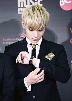 tao exo fixing his cuff