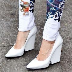 Kiilakorot kevenevät. Oivat housujen kanssa käytettäviksi -- kuvan housut näyttävätkin kiinnostavilta. Street Style Shoes at Fashion Week | Fall 2013