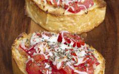 Bruschetta topped with Mozzarella Cheese Fresh Tomato Recipes, Come Dine With Me, Bruschetta, Mozzarella, Yummy Food, Yummy Yummy, Food And Drink, Veggies, Appetizers