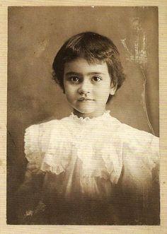 Frida fotogénica. Desde niña, Frida Kahlo aprendió a posar. Su padre Guillermo Kahlo la utilizaba como conejillo de indias y ella comenzó a mirar fijamente a la cámara. Frida acompañaba a su padre a las casas donde él realizaba retratos familiares. Ella lo asistía y cuidaba cada que el fotógrafo sufría de ataques epilépticos. Frida y la fotografía fueron inseparables en los 47 años de vida de la artista mexicana.
