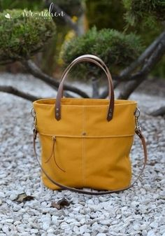 Beuteltasche Jona Source by The post Beuteltasche Jona appeared first on Finhouse. Diy Bags Purses, Sewing Lessons, Bag Patterns To Sew, Handmade Bags, Canvas Tote Bags, Leather Handbags, Make It Simple, Sewing Projects, Fashion Accessories