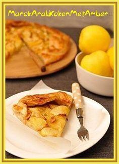 Dit is een supergemakkelijk te maken appeltaart.Dit heb je nodig1 rol vers bladerdeeg zie foto of anderseen paar ontdooide plakjes diepvries bladerdeeg4 Golden Delicious appel