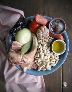 JUDIAS BLANCAS CON CHORIZO Y RABO DE CERDO - Cogollos de Agua Chorizo, Dairy, Cheese, Food, One Pot Dinners, Pork, Cooking Recipes, Homemade Cakes, Legumes