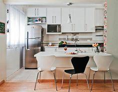 """""""As cadeiras de jantar devem ser sem braços, pois ocupam menos espaço"""", conta a designer de interiores Ana Fontana."""