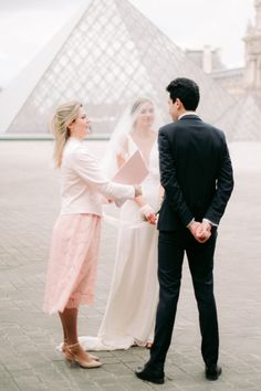 Elopement wedding ceremony in Paris with pink and feminine details. Get inspired to elope with your loved one for a romantic celebration of your love together. #elopementweddings #elopementweddingphotos #couplesweddingphotography