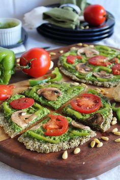 raw vegan garlic pizza with spinach pesto & marinated vegetables Raw food Raw Vegan Recipes, Vegan Foods, Vegan Dishes, Vegetarian Recipes, Vegan Raw, Healthy Recipes, Raw Vegan Dinners, Raw Vegan Burger Recipe, Paleo